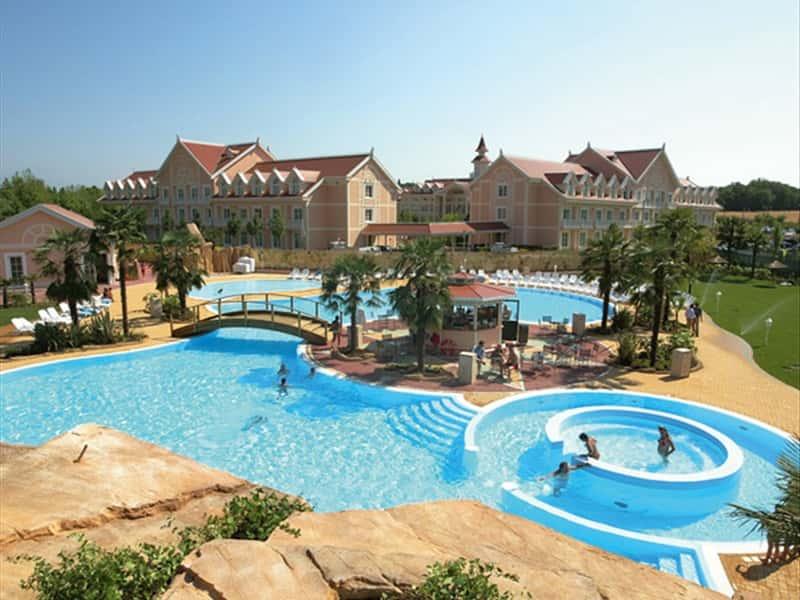 Gardaland hotel resort lake garda hotels accommodation in castelnuovo del garda garda 39 s lake for Hotels in lake garda with swimming pool